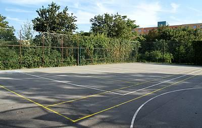 Tennisplatz in der Grünanlage am Sportplatz - (C) Peter Hahn fotoblues
